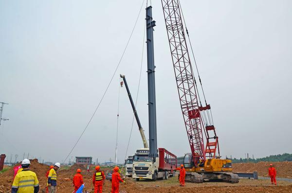 汝州市汽车装备制造产业园进行首根钢结构立柱安装