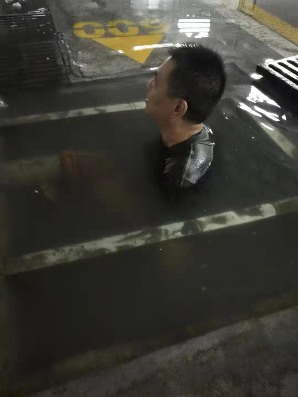 地下停车场排水抢险.jpg