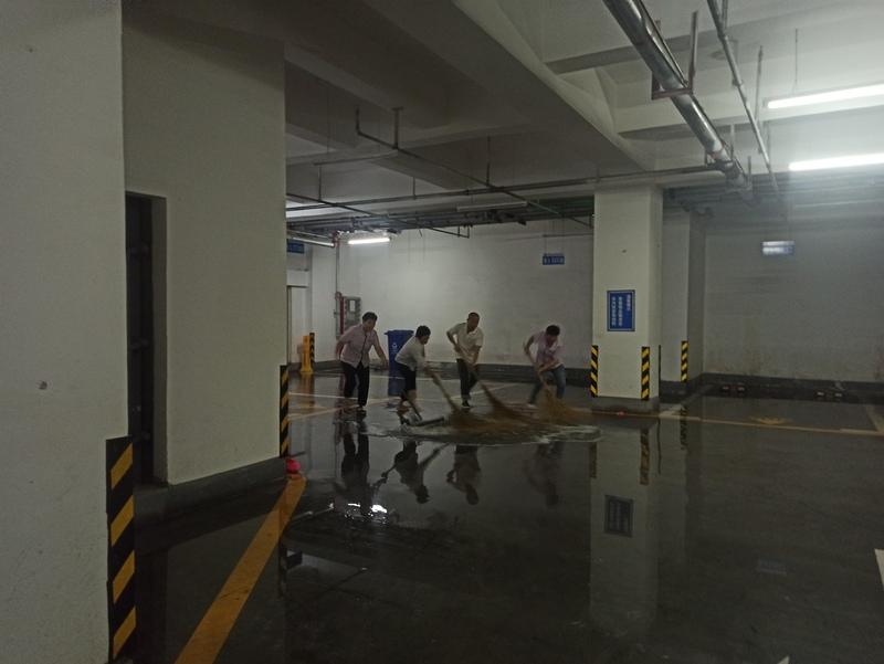 清理停车场积水1.jpg